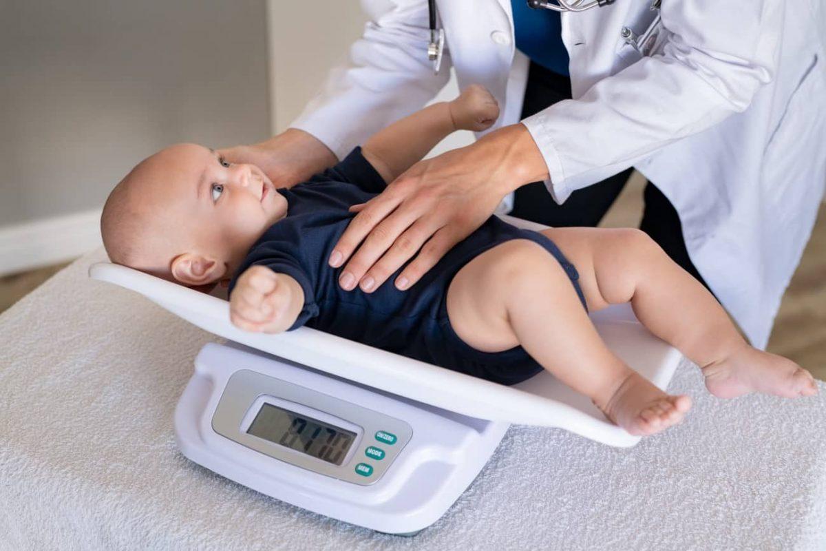 Come scegliere la bilancia per neonato [e le 4 più affidabili]