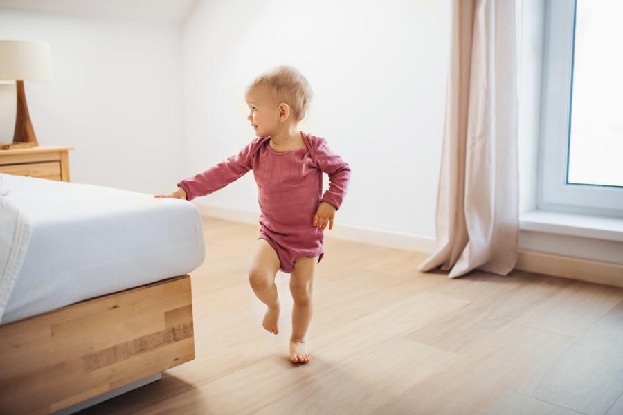 bambina cammina in casa