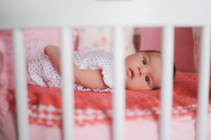 Come abituare un neonato a dormire nel lettino
