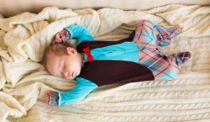 neonato che sogna e dorme